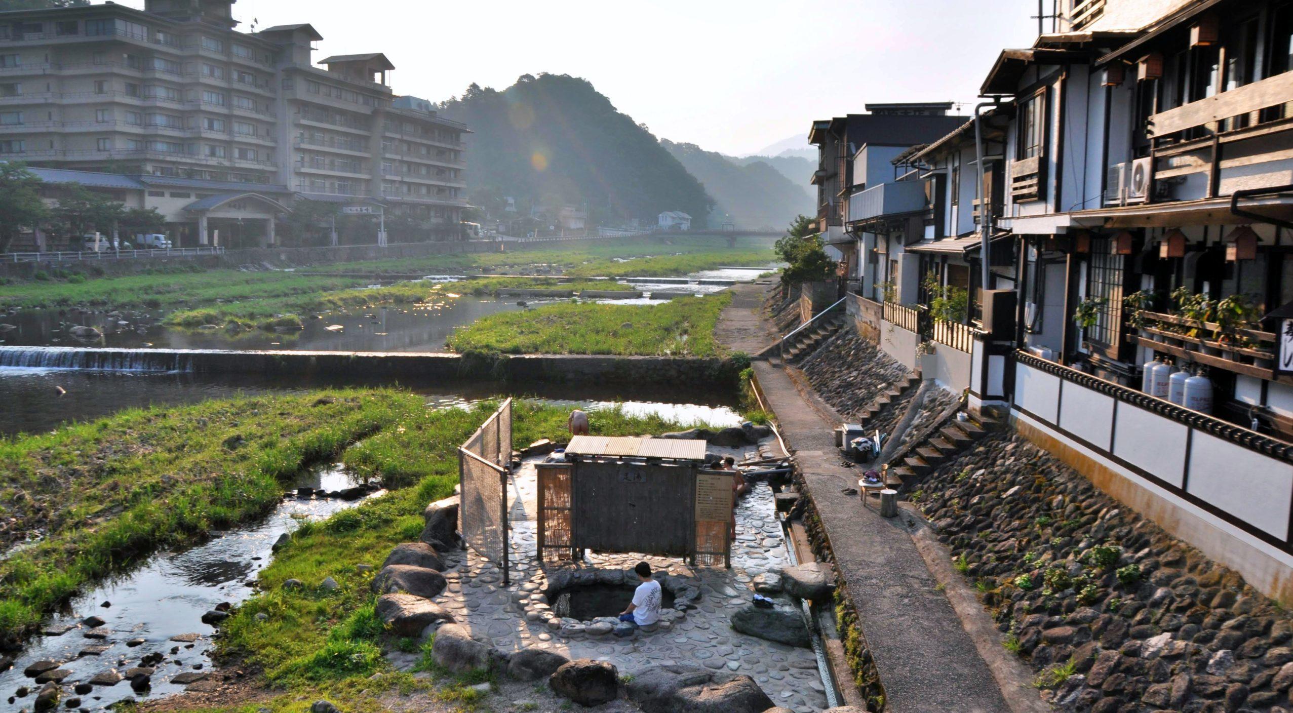 三朝温泉のシンボル的な混浴風呂「河原風呂」